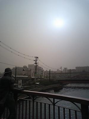 黄砂で太陽が異常な光に